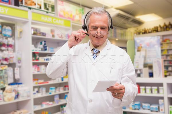 Starszy farmaceuta słuchawek czytania recepta apteki Zdjęcia stock © wavebreak_media