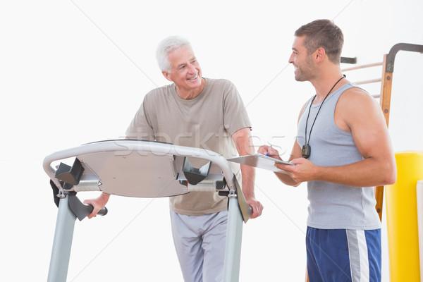 Entraîneur chronométrage supérieurs homme fitness studio Photo stock © wavebreak_media