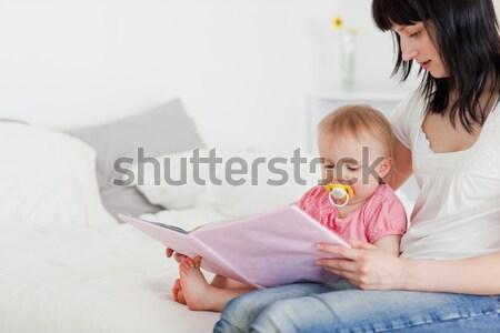 Rodzeństwo słuchawek tabletka posiedzenia kanapie domu Zdjęcia stock © wavebreak_media