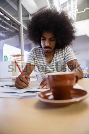 Casual mujer de negocios comer muffin de trabajo oficina Foto stock © wavebreak_media