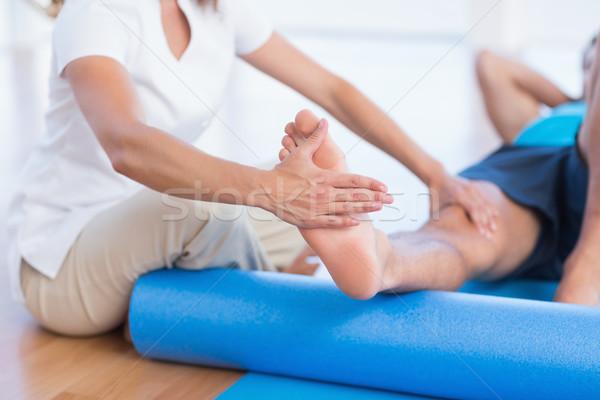 Edző dolgozik férfi testmozgás fitnessz stúdió Stock fotó © wavebreak_media
