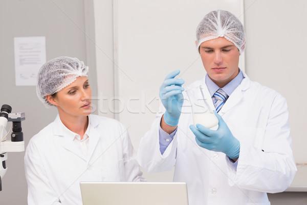 Tudósok dolgozik főzőpohár laboratórium nő technológia Stock fotó © wavebreak_media