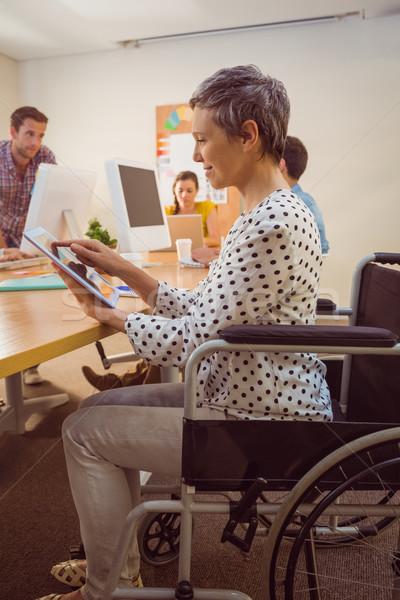 Creativa mujer de negocios silla de ruedas tableta oficina ordenador Foto stock © wavebreak_media