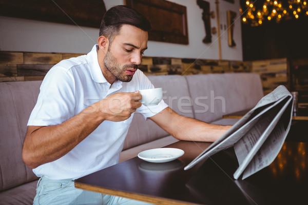 молодым человеком питьевой Кубок кофе чтение газета Сток-фото © wavebreak_media