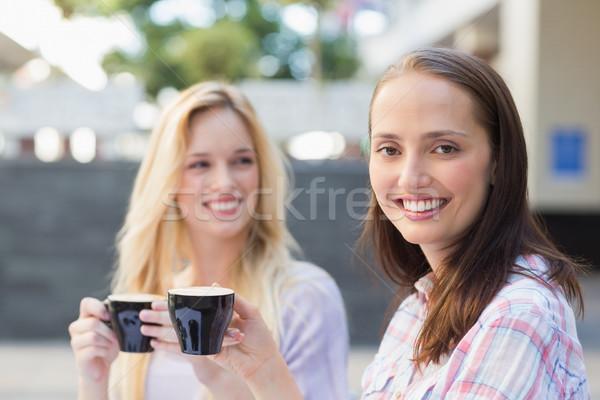 Mooie brunette glimlachend camera vriend achter Stockfoto © wavebreak_media