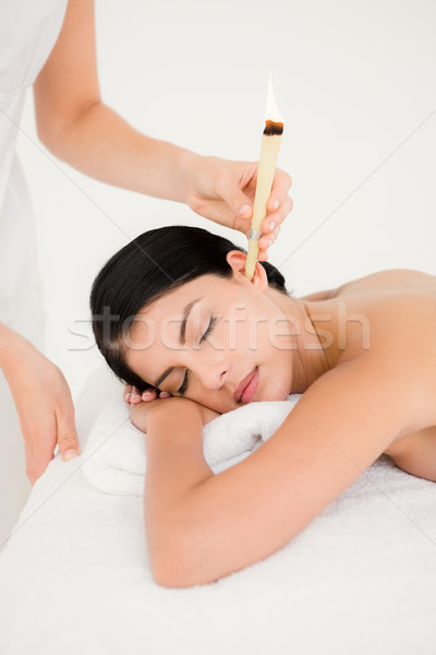 Belle femme oreille bougie traitement spa centre Photo stock © wavebreak_media
