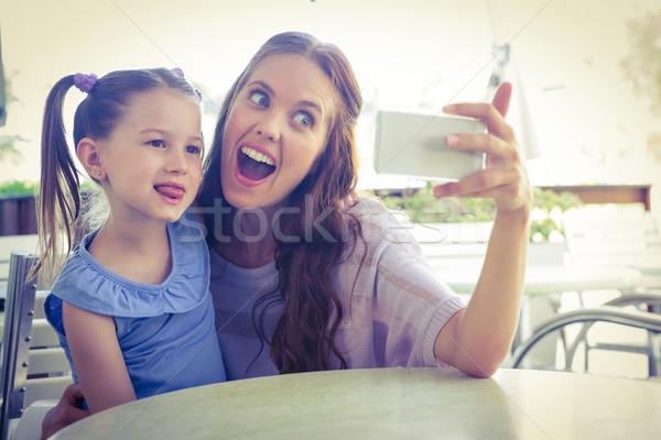Madre hija toma Servicio terraza Foto stock © wavebreak_media