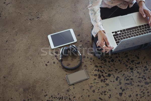Vállalkozó dolgozik iroda padló középső rész laptop Stock fotó © wavebreak_media