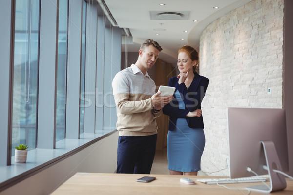 Figyelmes cégvezetők digitális tabletta iroda számítógép Stock fotó © wavebreak_media