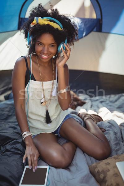 Retrato mulher jovem escuta música digital comprimido Foto stock © wavebreak_media