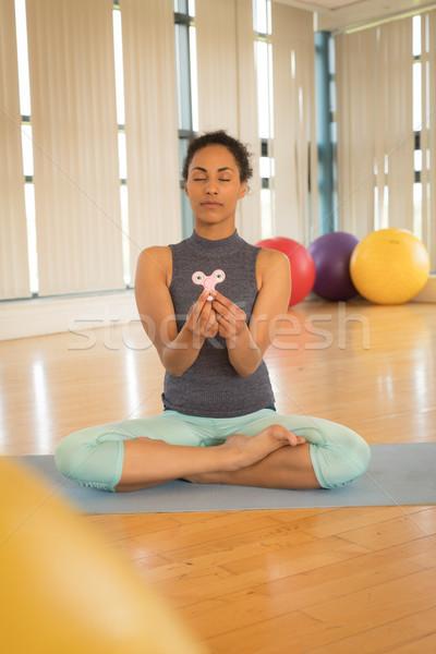 Lány megnyugtató fitnessz szoba kéz háttér Stock fotó © wavebreak_media