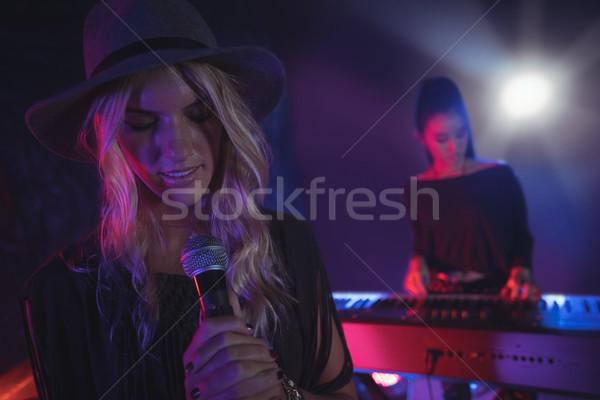 Femme chanter collègue jouer piano Photo stock © wavebreak_media