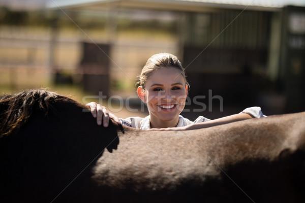 Donna sorridente piedi rosolare cavallo ranch ritratto Foto d'archivio © wavebreak_media