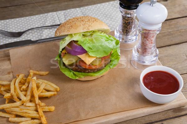 Hamburger frites françaises sauce tomate planche à découper alimentaire Photo stock © wavebreak_media