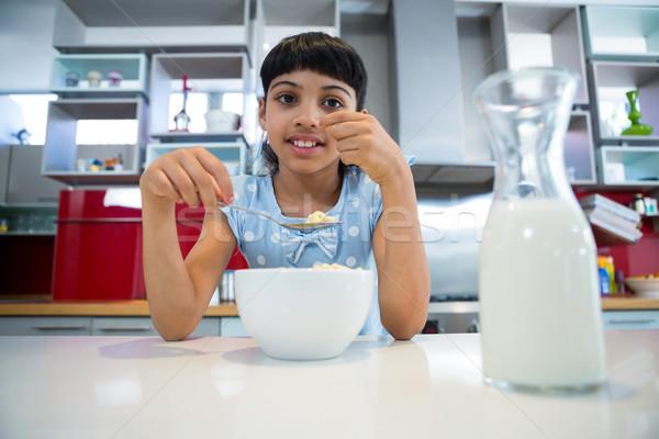 Portret meisje gezond eten ontbijt aanrecht huis Stockfoto © wavebreak_media