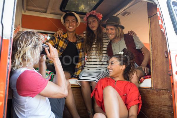 Férfi fényképezés barátok ül lakókocsi furgon Stock fotó © wavebreak_media