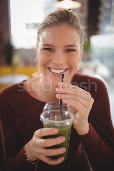 Portré gyönyörű fiatal nő iszik eldobható üveg Stock fotó © wavebreak_media
