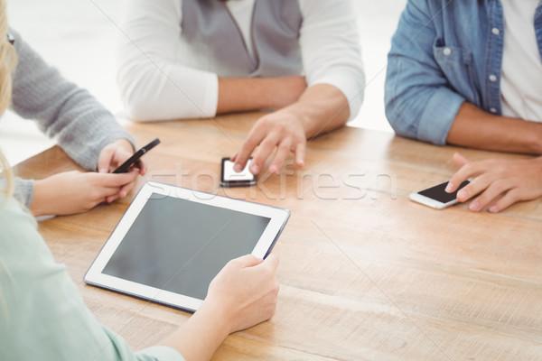 Középső rész emberek okostelefonok digitális tabletta asztal Stock fotó © wavebreak_media