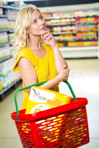 Figyelmes nő kosár áruház üzlet vásárlás Stock fotó © wavebreak_media