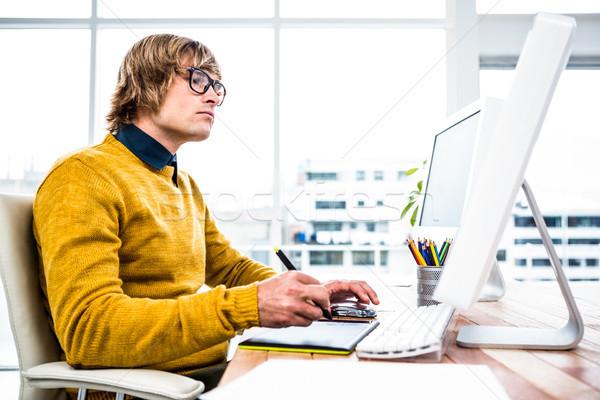 концентрированный бизнесмен таблетка графических служба Сток-фото © wavebreak_media