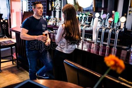 Barman falante cliente usando laptop bar mulher Foto stock © wavebreak_media