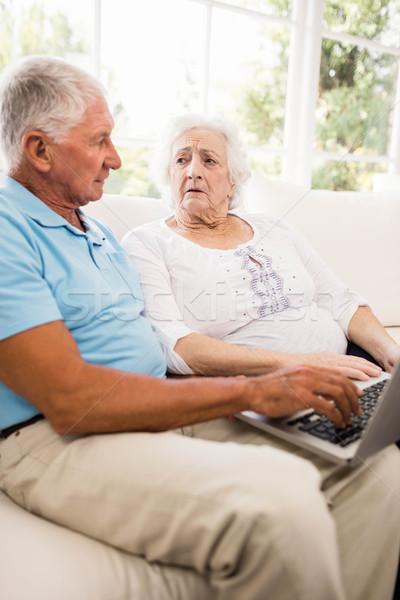 Fókuszált idős pár laptopot használ otthon számítógép nő Stock fotó © wavebreak_media