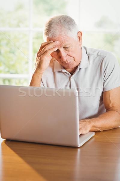 Bezorgd senior man met behulp van laptop home hand Stockfoto © wavebreak_media