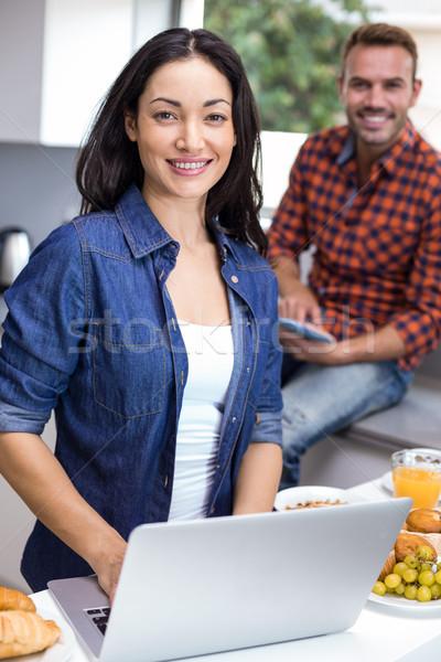 Jonge vrouw met behulp van laptop man digitale tablet portret Stockfoto © wavebreak_media