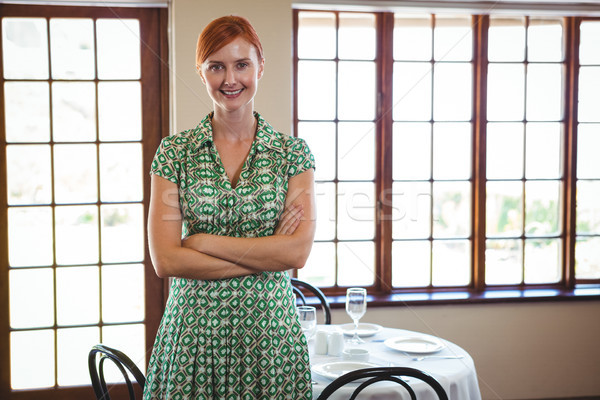 Donna piedi braccia incrociate ristorante felice tavola Foto d'archivio © wavebreak_media