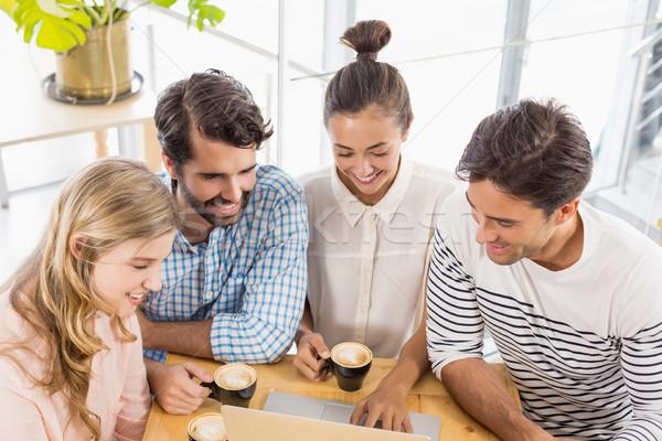 Groep vrienden met behulp van laptop beker koffie cafe Stockfoto © wavebreak_media