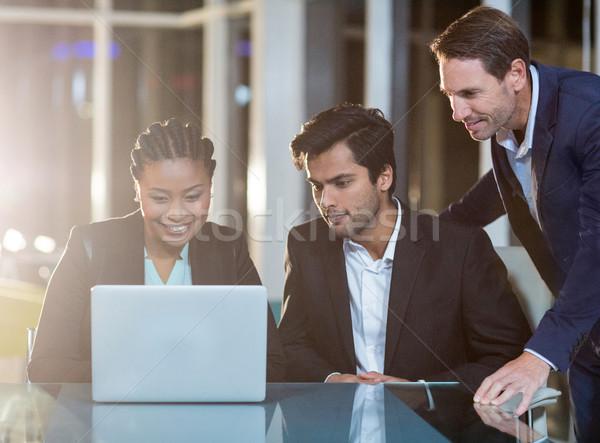 Zakenvrouw bespreken collega's laptop kantoor computer Stockfoto © wavebreak_media