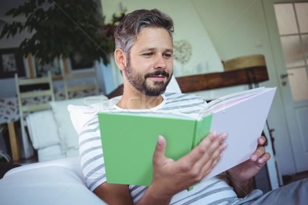 Apa néz fényképalbum nappali otthon szeretet Stock fotó © wavebreak_media