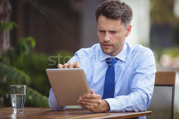 Affaires numérique comprimé extérieur amour homme Photo stock © wavebreak_media