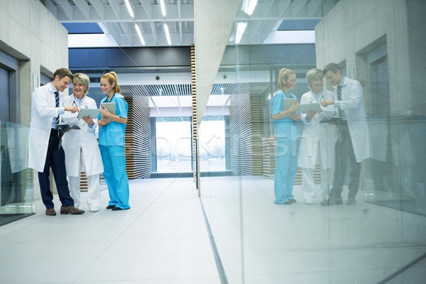 Medycznych zespołu cyfrowe tabletka korytarz Zdjęcia stock © wavebreak_media