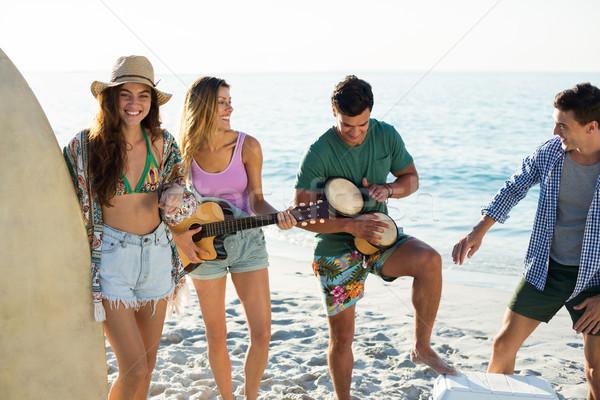 Amigos música em pé praia mulher Foto stock © wavebreak_media