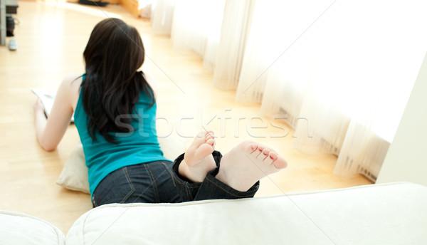 Mulher jovem leitura revista piso casa Foto stock © wavebreak_media