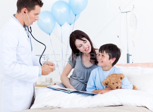 внимательный врач говорить мало мальчика матери Сток-фото © wavebreak_media