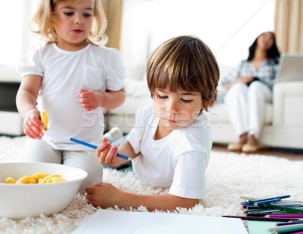 Imádnivaló gyerekek eszik sültkrumpli rajz család Stock fotó © wavebreak_media