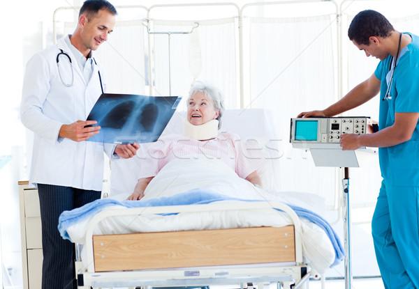 Sonriendo médico Xray femenino paciente Foto stock © wavebreak_media