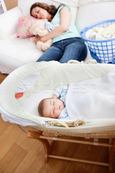 Jovem mãe adormecido sofá bebê berço Foto stock © wavebreak_media