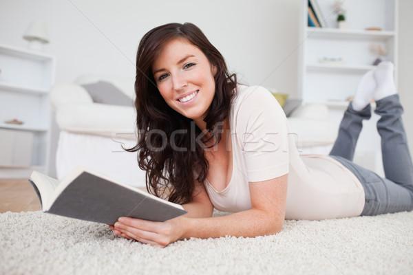 Giovani di bell'aspetto donna lettura libro tappeto Foto d'archivio © wavebreak_media