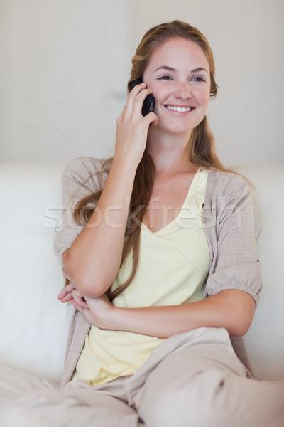 Uśmiechnięty młoda kobieta słuchania rozmówca domu Zdjęcia stock © wavebreak_media