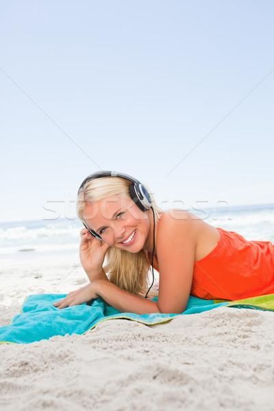 молодые улыбающаяся женщина пляжное полотенце пляж Сток-фото © wavebreak_media