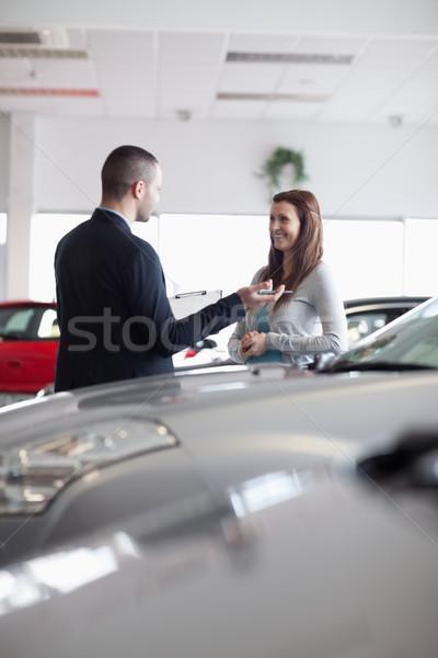 Verkoper vrouw handel auto pen Stockfoto © wavebreak_media