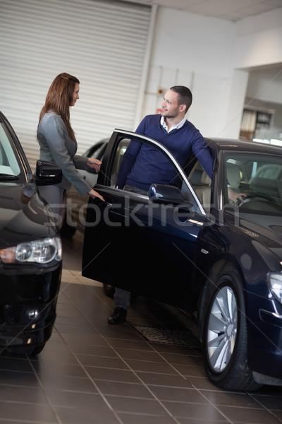 Kobieta interesu otwarcie samochodu drzwi garaż kobieta Zdjęcia stock © wavebreak_media