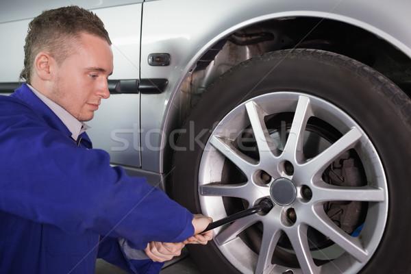 Hombre coche rueda garaje servicio Foto stock © wavebreak_media