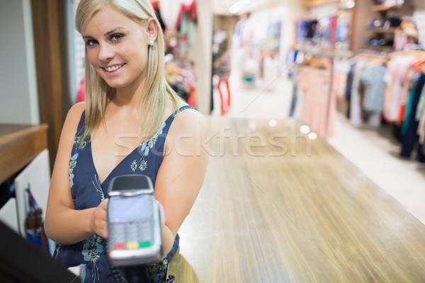 Stockfoto: Vrouw · creditcard · machine · kleding · store · hand