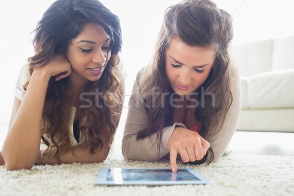 Stockfoto: Twee · vrouwen · aanraken · vloer · woonkamer · leuk