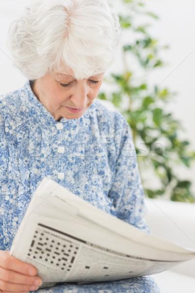 Starszych koncentruje kobieta czytania gazety sofa Zdjęcia stock © wavebreak_media