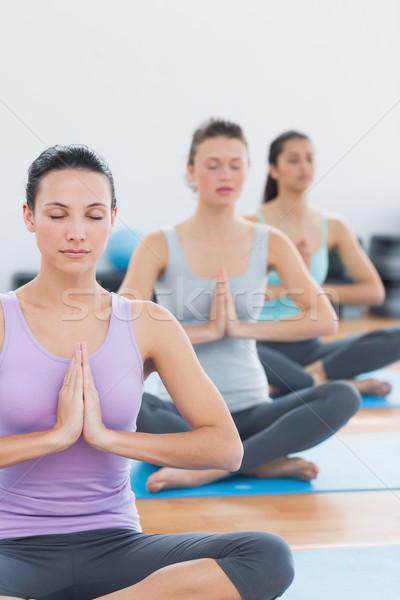 Nők namaste pozició csukott szemmel fitnessz stúdió Stock fotó © wavebreak_media